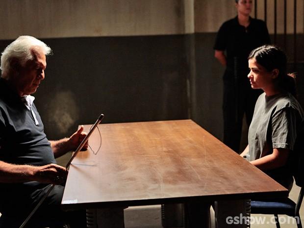César aparece e Aline quase não acredita quano o vê ali... (Foto: Pedro Curi / TV Globo)