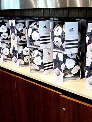 bolas final Liga dos Campeões coletiva Seedorf (Foto: Fabio Lima)