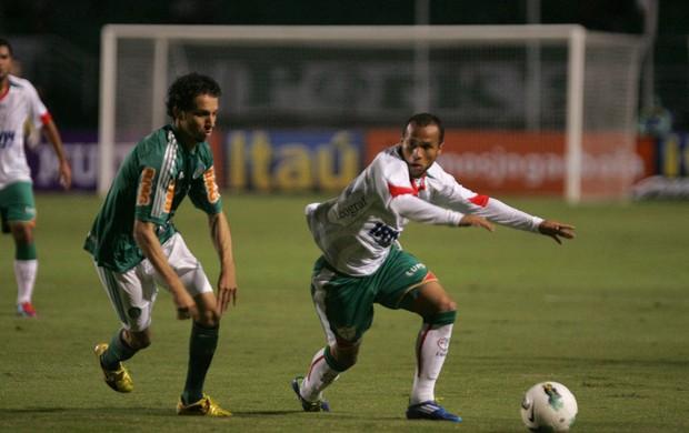 Cicinho Palmeiras e Ananias da Portuguesa (Foto: Miguel Schincariol / Globoesporte.com)