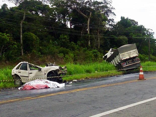 Dois carros e um caminhão se envolveram em grave acidente em Peruíbe (Foto: Orion Pires/G1)