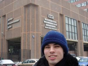 O brasileiro Diego Gonçalvez em frente à faculdade de medicina na Rússia (Foto: Arquivo pessoal)