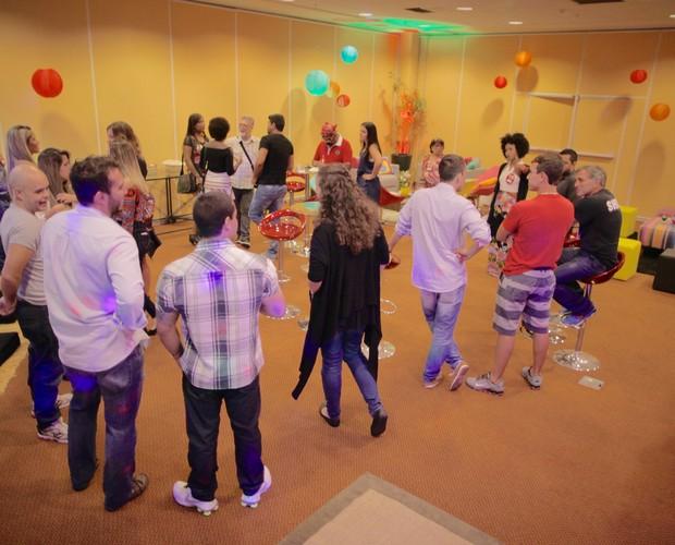 Candidatos interagem antes da entrevista  (Foto: Gshow)