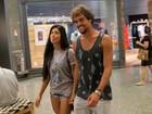 Aline Riscado, de shortinho, vai às compras com Felipe Roque