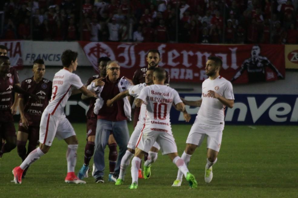 Médico do Caxias foi tirar satisfação com D'Alessandro (Foto: Diego Guichard/GloboEsporte.com)