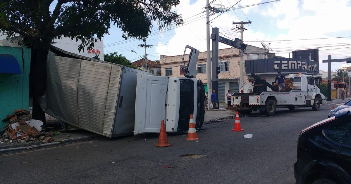 Acidente entre carro e caminhão deixa três feridos em Cabo Frio, no RJ