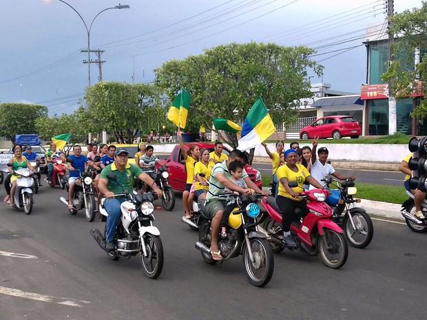 Manifestação reuniu moradores de Manacapuru (Foto: Adauto Silva/Rede Amazônica)