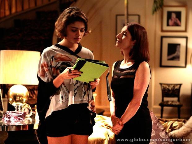 Sueli mostra fotos de beijão entre Amora e Bento para it-girl (Foto: Sangue Bom/ TV Globo)