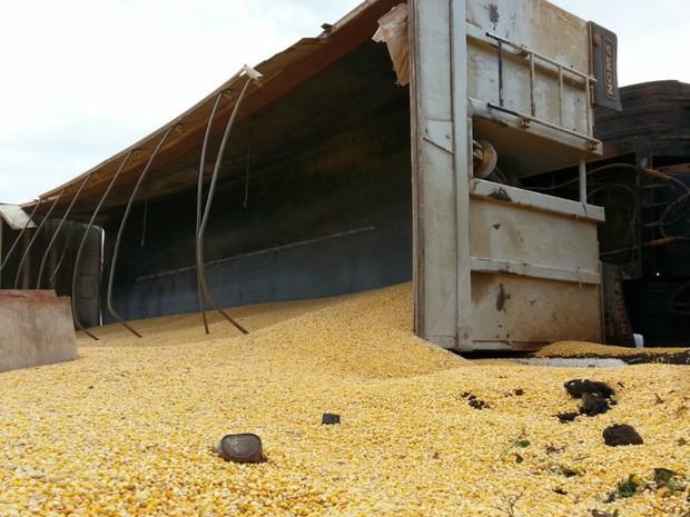 Carreta carregada com 32 toneladas de milho tomba em Campo Grande
