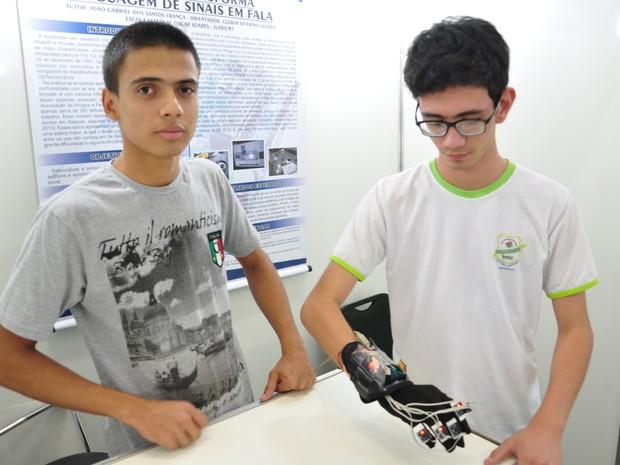 Estudantes de 16 e 19 anos construíram luva (Foto: Everson Teodoro da Silva/ G1)