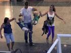Fernanda Lima e Rodrigo Hilbert se divertem com filhos em shopping