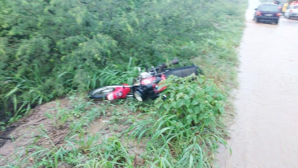 Motocicleta da vítima ficou na beira da pista. Chovia bastante na hora do acidente (Foto: PM/Divulgação)