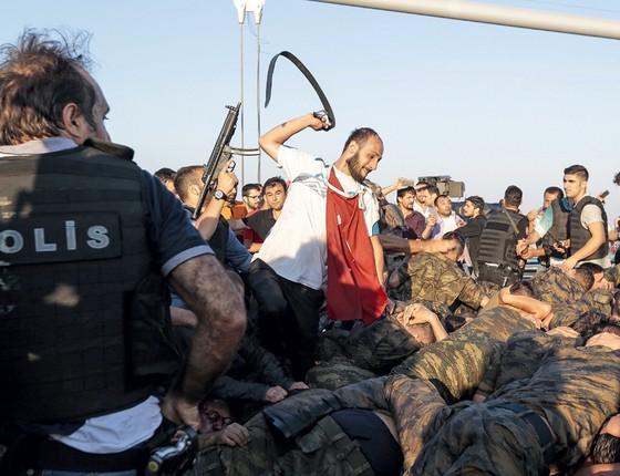 Apoiadores de Erdogan agride militares envolvidos na tentativa de golpe (Foto: Stringer/Getty Images)