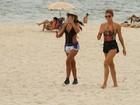 Grazi Massafera exibe boa forma em praia do Rio