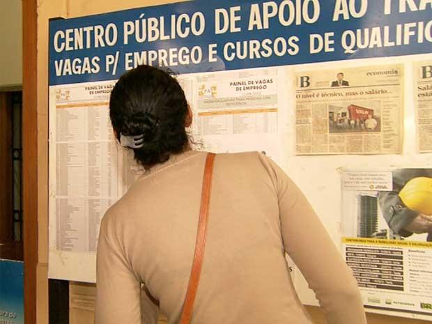 Candidato procura vaga de emprego em posto de atendimento ao trabalhador (Foto: Reprodução EPTV)