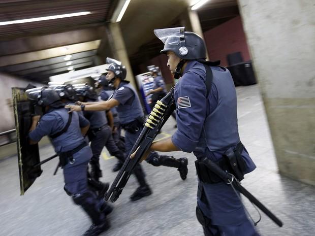 Policiais tentam abrir estação Ana Rosa do metrô no 5° dia de greve (Foto: Kai Pfaffenbach/Reuters)