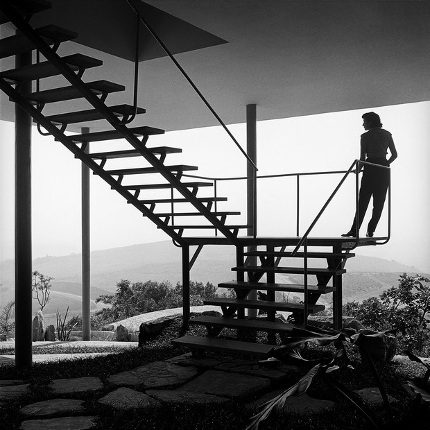 A arquiteta posou para esta foto, em 1952, na escada que dá acesso a sua Casa de Vidro, no Morumbi, em São Paulo (Foto: Chico Albuquerque/Convênio Museu da Imagem e do Som - SP/Instituto Moreira Salles)