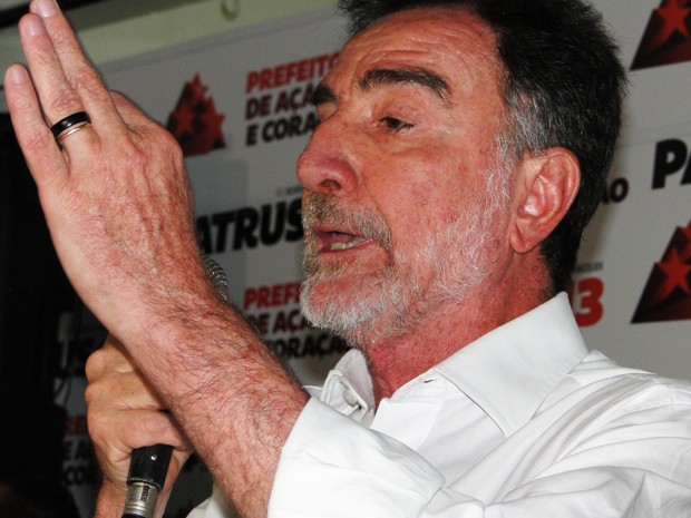 Patrus Ananias faz discurso de reconhecimento da derrota em Belo Horizonte (Foto: Humberto Trajano/G1)