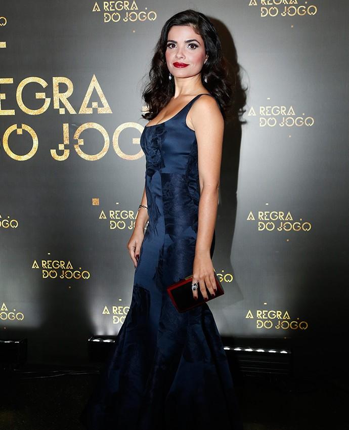 Vanessa Giácomo opta por vestido azul estampado, em modelo sereia  (Foto: Raphael Dias/Gshow)
