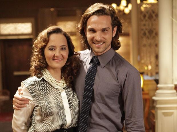Cláudia e Igor se abraçaram após a gravação (Foto: Flor do Caribe/TV Globo)