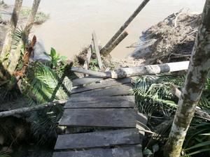 Algumas passarelas foram destruídas com a força da água (Foto: Raimundo Ramos/Arquivo Pessoal)
