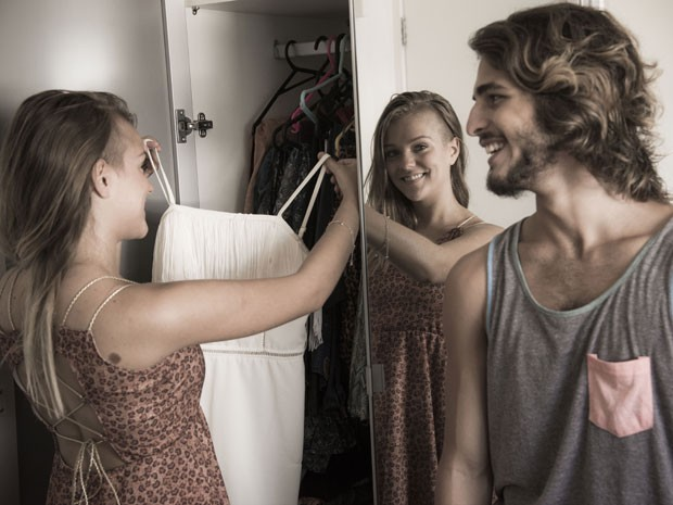 Gabi diz que é consumista de carteirinha e quase não tem mais espaço em seu armário e já está invadindo o do Brenno (Foto: Raphael Dias/Gshow)