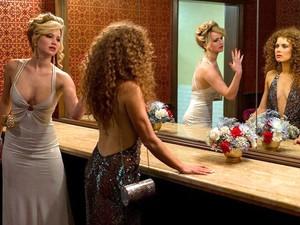 Jennifer Lawrence e Amy Adams em cena de 'Trapaça' (Foto: Divulgação)