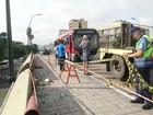 Ônibus bate em mureta de viaduto após motorista ser agredido no RS