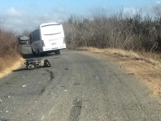 Moto e ônibus colidiram frontalmente (Foto: PM/Divulgação)
