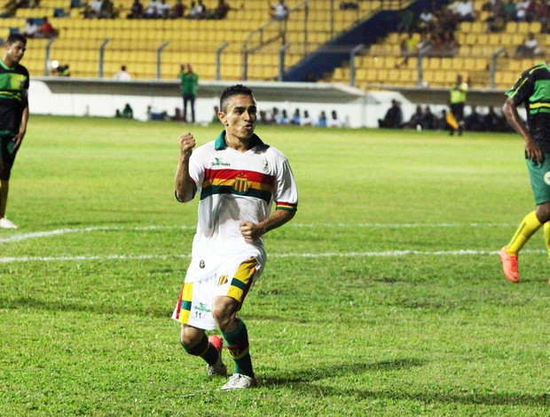 Pimeitinha comemora um de seus seis gols marcados neste Estadual com a camisa do Sampaio (Foto: De Jesus/O Estado)