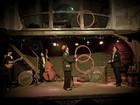 Peça circense apresenta boa música ao vivo e números acrobáticos