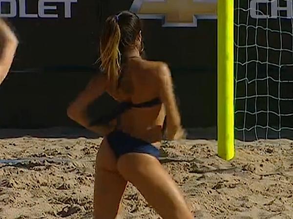 Dançarinas de beach soccer na vitória do Brasil (Foto: Reprodução SporTV)