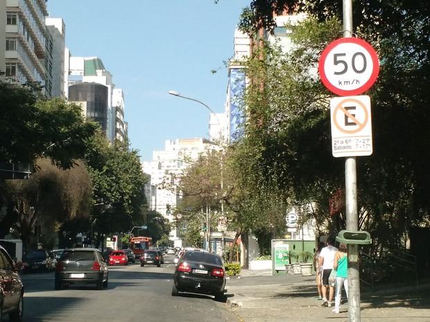 Avenida Angélica já tem as placas indicando a velocidade reduzida para 50 km/h (Foto: Paulo Guilherme/G1)