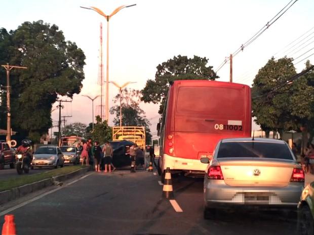 Ninguém se feriu; acidente ocorreu próximo ao Tribunal de Justiça (Foto: Francisco Gomes/Rede Amazônica)