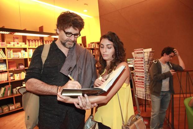 Luiz Fernando Carvalho autografa livro para Bruna Caram (Foto: Marcos Ribas/EGO)