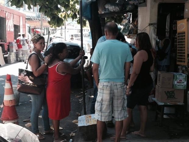 Familiares de Leonardo choram inconsoláveis a perda do ente querido em frente ao Hospital Getúlio Vargas. (Foto: Mariucha Machado / G1)