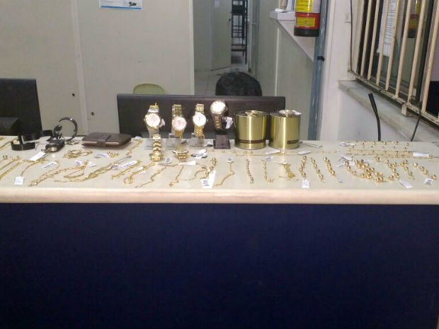 Peças folheadas a ouro e relógios foram apreendidos com suspeitos (Foto: Blog do Rodrigo Ferraz)