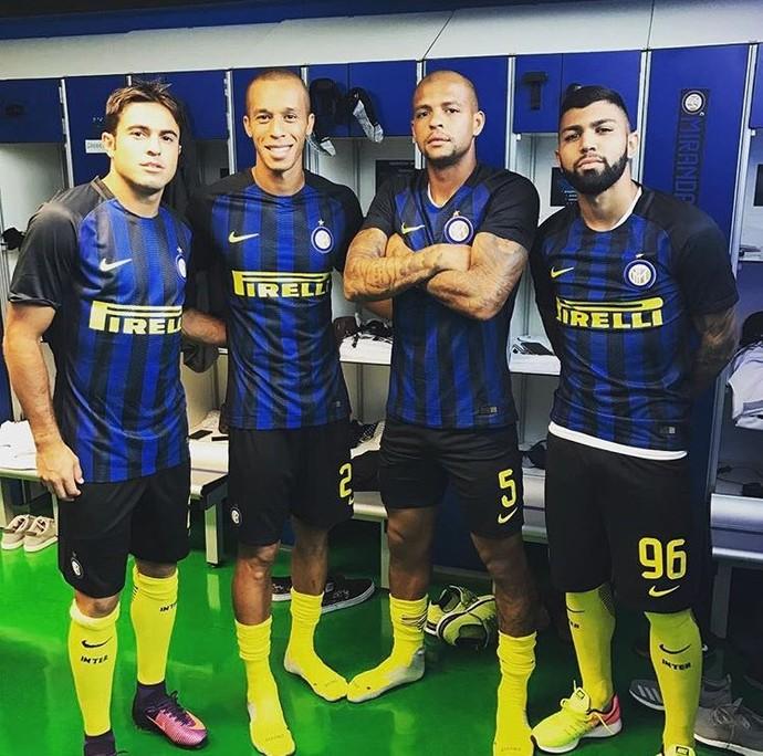 Eder, Miranda, Felipe Melo e Gabigol no vestiário do Internazionale (Foto: Reprodução de Twitter)