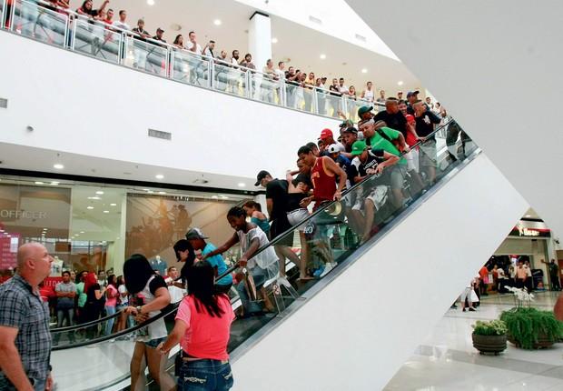 CORRE-CORRE  EM ITAQUERA Frequentadores do shopping e rolezeiros no encontro do dia 11 de janeiro. O evento acabou em confusão (Foto: Robson Ventura/Folhapress)