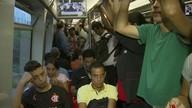 Passageiros do metrô sofrem com a falta de trens e vagões superlotados