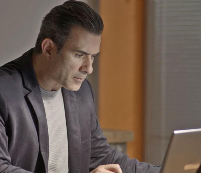 Ricardo fica surpreso ao ver dados de Joana (Foto: TV Globo)