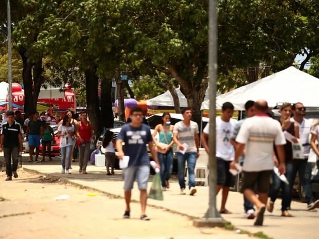 Estudantes a caminho das provas do Enem no maior complexo educacional de Alagoas (Foto: Jonathan Lins/G1)