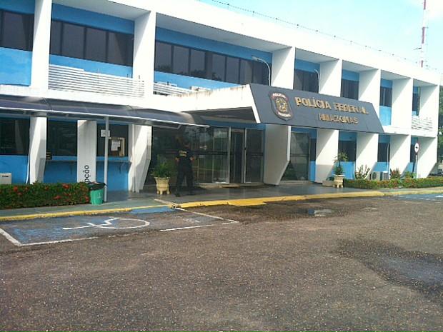 Na manhã desta terça (12), algumas pessoas foram detidas pela PF e levadas para a sede do órgão em Manaus (Foto: Adneison Severiano/G1 AM)