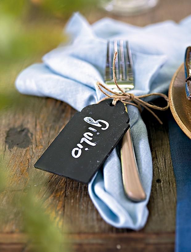 A tag Shopfesta marca o nome do convidado. Talher e guardanapo Divino Espaço  (Foto: Cacá Bratke/Editora Globo)