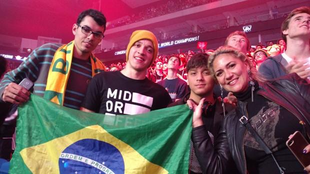 Grupo de brasileiros assiste à final do campeonato mundial de League of Legends, em Berlim (Foto: Bruno Araújo/G1)