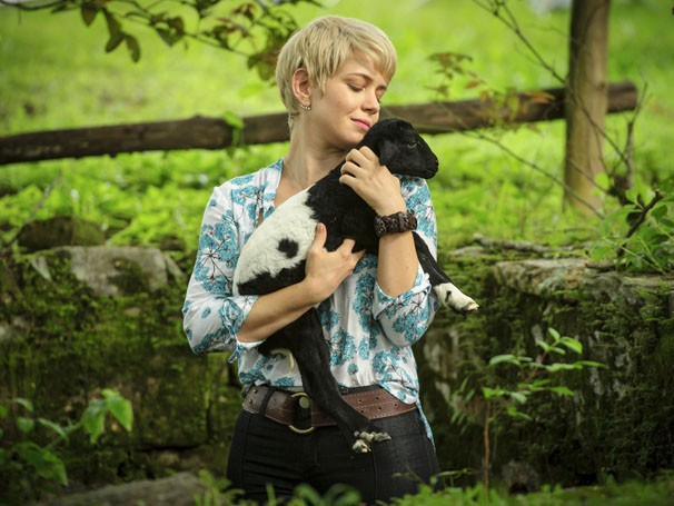 Leandra Leal posa para foto com seu companheiro fofo de cena (Foto: TV Globo/Alex Carvalho)
