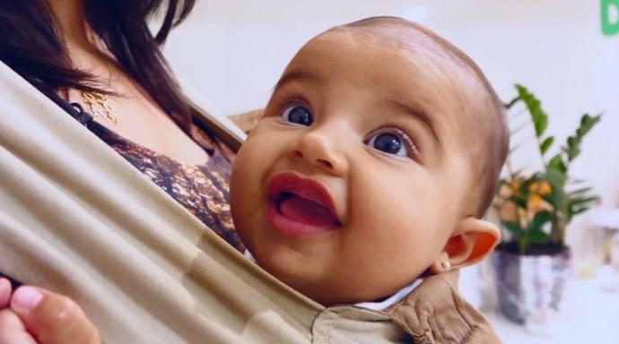 No sling ou no canguru ergonômico, os bebês ficam mais calmos e tranquilos  (Foto: reprodução EPTV)