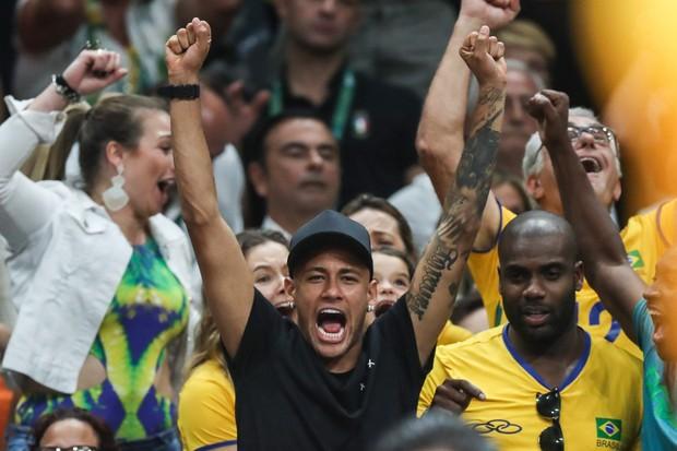Neymar, Rafael Zulu e Thiaguinho assistindo volei (Foto: William Volcov/BBP/AgNews)