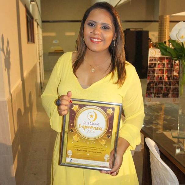 A repórter Isa Mendes recebe Prêmio Destaque Imprensa 2014 (Foto: Milena Pacheco/Grande Rio FM)