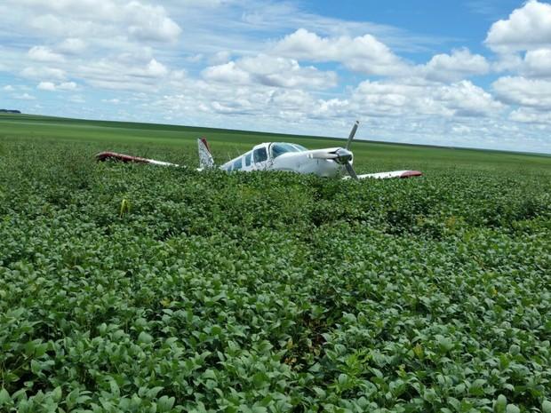 Aeronave com droga pousou em plantação de soja (Foto: Polícia Civil/ Assessoria)