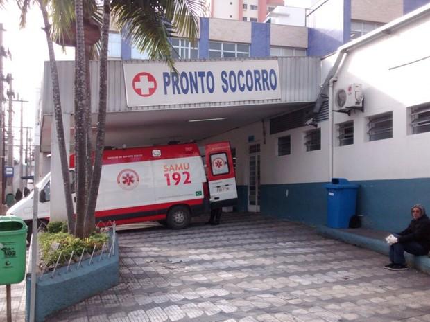 Dois feridos foram levados para a Santa Casa de Mogi das Cruzes (Foto: Maiara Barbosa/G1)